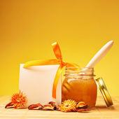 Honey jar and blank card — Stock Photo