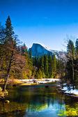 La mitad de la bóveda de roca, el monumento del parque nacional de yosemite, california — Foto de Stock