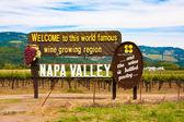 Napa valley znak przed wprowadzeniem świat słynnego winorośli w regionie napa valley w kalifornii — Zdjęcie stockowe