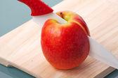苹果刀在手术台上 — 图库照片