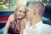 若いカップルの車に座って — ストック写真