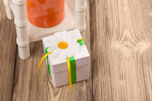 Present box with chamomile — Stock Photo
