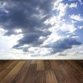 Holzdeck Boden gegenüber dem blauen Himmel Hintergrund — Stockfoto