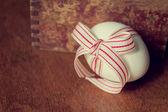 Osterei mit roter Schleife — Stockfoto