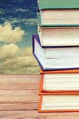 Stapel van oude boeken in veelkleurige covers — Stockfoto
