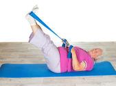 Pani na emeryturze robienie ćwiczeń — Zdjęcie stockowe