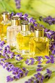 Zlaté rostlinných extraktů a esenciálních olejů — Stock fotografie