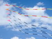 Barevné draky na modré obloze — Stock fotografie