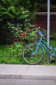 Women's bicycle parked on the street — Стоковое фото