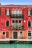 Venedik: gotik windows ile güzel 15.yüzyılda kırmızı saray ve — Stok fotoğraf