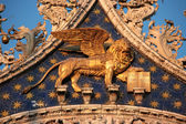Venezia: Winged golden lion in San Marco Basilica, the city's symbol, at sunset (Venice, Italy) — Foto Stock