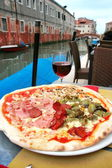 Venice: delicious pizza with a glass of wine, in a lovely restau — Stock Photo