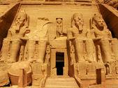 Templo de abu simbel del rey ramsés ii, una obra maestra del arte faraónico y edificios en el antiguo egipto — Foto de Stock