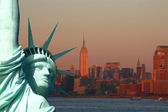New York: The Statue of Liberty, an American symbol, with Lower — Stock Photo
