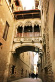 Barcelona: neogothic bridge at Carrer del Bisbe (Bishop Street), — Stock Photo