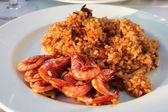 Barcelona: delicious seafood paella with shrimps, in a lovely mo — Stock Photo