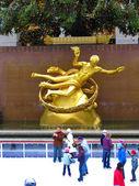 NEW YORK - December 3: Skaters having fun at Rockefeller Center — Stock Photo