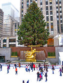 NEW YORK - December 3: Skaters having fun at Rockefeller Center — Stock Photo