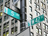New York: the intersection of 42nd street and 5th Avenue in New — Stockfoto