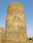 Temple of Kom Ombo, Egypt: column with Horus god relief — Stock Photo