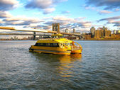 Water Taxi and Brooklyn bridge, seen from Pier 17, at Lower Manh — Foto Stock