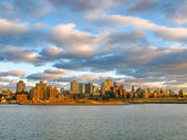 Brooklyn and East River at sunset, seen from historic Pier 17. N — Stock fotografie