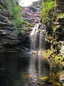 Cachoeira da primavera (cachoeira da primavera): bela cachoeira um — Foto Stock