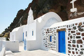 Santorini, Greece: traditional typical white and blue church, wi — Stock Photo