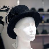 Izole kırpma yolu ile şapka dükkanı manken — Stok fotoğraf