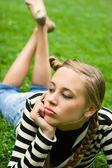 Signora in posa nel parco cittadino di estate — Foto Stock