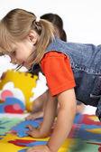 Kinder im spiel mit gummi-schaum-spielzeug — Stockfoto