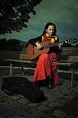 Retrato ao ar livre de womanplaying na guitarra — Fotografia Stock