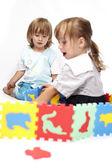 Niños jugando con juguetes de espuma de color — Foto de Stock
