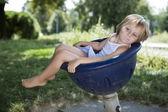 Flicka som leker på lekplatsen gunga — Stockfoto