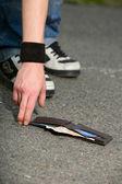 Man found someone else's wallet — Stockfoto