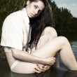 Young female model posing in summer time by the lake — Stock fotografie