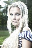 Junge blonde frau — Stockfoto