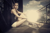 Köprüde genç kız — Stok fotoğraf