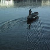 Man in a boat in the river — Stock Photo
