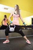 Młoda kobieta, poćwiczyć w siłowni — Zdjęcie stockowe