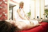 Jovem mulher recebendo massagem em estúdio de tantra — Fotografia Stock