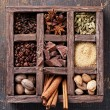 Assortment of spices and coffee beans in wooden box - Foto Stock