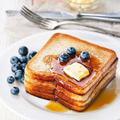 French toast with blueberries, maple syrup and butter — Stock Photo