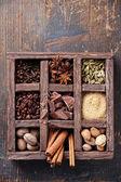 Variedade de especiarias e grãos de café em caixa de madeira — Foto Stock