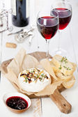 Baked Camembert cheese with red wine and toasted bread — Stock Photo