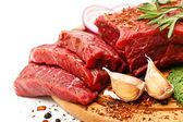 原料新鲜的肉上船与调味品 — 图库照片