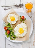 Breakfast baked egg with salad — Stock Photo