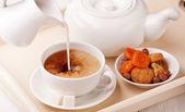Café da manhã com uma xícara de chá leite e biscoitos caseiros — Fotografia Stock