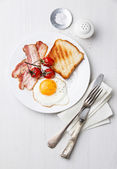 Breakfast with Fried egg and bacon on plate — Stock Photo