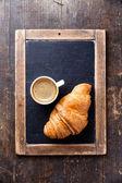 咖啡杯子和牛角面包 — 图库照片